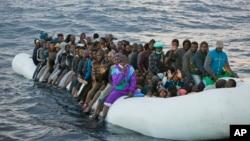 Para migran di Laut Tengah menunggu pertolongan dari LSM Proactiva Open Arms, sekitar 30 kilometer sebelah utara Sabratha, Libya (foto: dok).