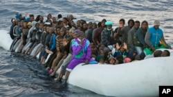 Des migrants et réfugiés embarqués à bord d'un canot gonflable lors d'une opération de secours dans la Méditerranée, au large de Sabratha, Libye, 3 février 2017.