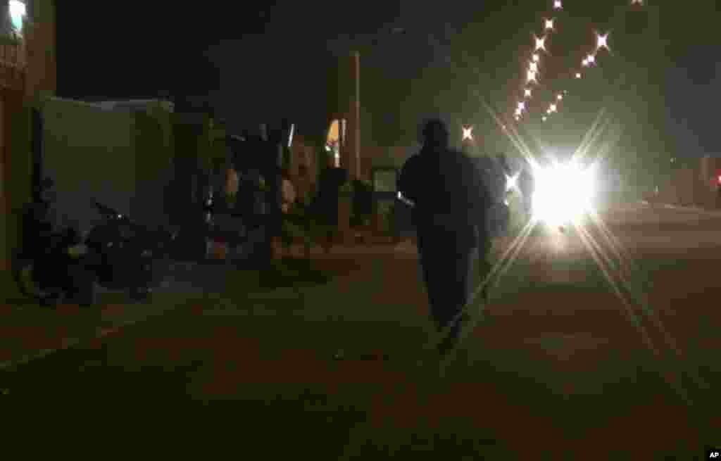 Un policier patrouille après l'attaque de l'hôtel Splendid à Ouagadoudou, le 15 janvier 2016. (Associated Press Television via AP)
