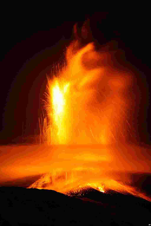 意大利南部西西里岛上火山爆发,岩浆涌动。