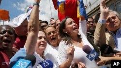 María Corina Machado, derecha, destacó que los ciudadanos venezolanos no deben tolerar que el gobierno ignore la situación.