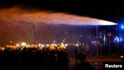 La police utilise un canon à eau lors d'une manifestation à Schanzenviertel avant le sommet du G20 à Hambourg, en Allemagne, le 4 juillet 2017.