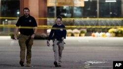Pripadnici snaga bezbjednosti ispred prodavnice Kroger u kojoj je se ranije tog dana dogodila pucnjava, u Colliervilleu, Tennessee, 23. septembar 2021.