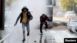 Diyarbakır'ın Sur mahallesinde üzerlerine polis tarafından su sıkılan göstericiler