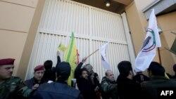 Manifestantes forçam entrada na embaixada
