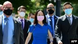 资料照片:华为高管孟晚舟和她的保安人员抵达位于加拿大不列颠哥伦比亚省的温哥华市的法庭,参加引渡听证。(2021年8月4日)