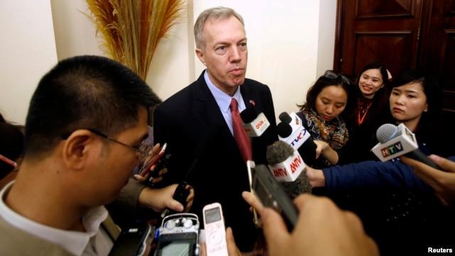 Đại sứ Mỹ tại Việt Nam Ted Osius (giữa) trả lời báo giới tại Hà Nội ngày 26/1/2015.
