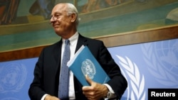 United Nations Special Envoy for Syria, Staffan de Mistura leaves after a news conference on the latest developments in Syria at the United Nations European headquarters in Geneva, Switzerland, October 12, 2015.
