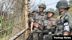 최윤희 한국 합참의장(가운데)이 17일 최전방 육군 부대 일반전초(GOP)를 방문해 비무장지대(DMZ) 철책을 둘러보고 있다.