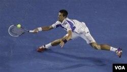 Novak Djokovic, quien defiende su título en Australia, avanzó a cuarto de final donde enfrentará a David Ferrer.