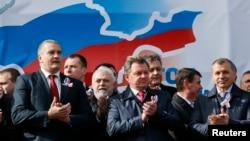 Ông Oleg Velaventsev (giữa) đặc sứ bán đảo Crimea của Tổng thống Nga dự lễ kỷ niệm một năm ngày Nga sáp nhập bán đảo Crimea của Ukraine, 16/3/15