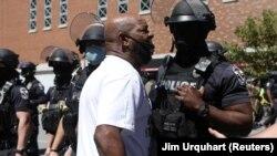 Un activiste de Black Lives Matter crie aux forces de l'ordre lors d'une manifestation contre le meurtre par la police de Breonna Taylor le jour de la course de chevaux du Kentucky Derby à Louisville, Kentucky, États-Unis, le 5 septembre 2020. REUTERS / Jim Urquhart