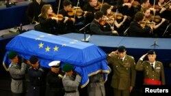 德国已故前总理科尔的葬礼2017年7月1日在欧洲议会所在地、法国斯特拉斯堡举行。德国军人抬着科尔的棺木。