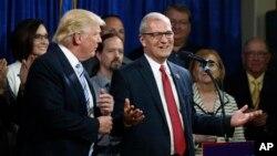 共和黨眾議員凱文克雷默(右)與川普資料照。