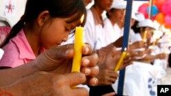 Bé gái bị HIV dương tính cầu nguyện ở thủ đô Phnom Penh.