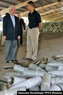 Сенатор Ричард Луґар та сенатор Барак Обама проводять перевірку списаних боєголовок на складу у Донецьку, 2005 рік