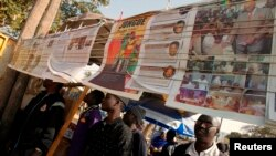 Les Sénégalais lisent les nouvelles du matin à Dakar, le 27 février 2012.