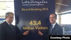 洛杉矶市长贾西提(右)揭示破纪录游客人数(洛杉矶市长办公室提供)