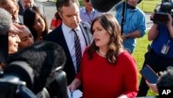 새라 허커비 샌더스 백악관 대변인이 지난 3일 백악관 앞에서 기자들 질문에 답하고 있다.