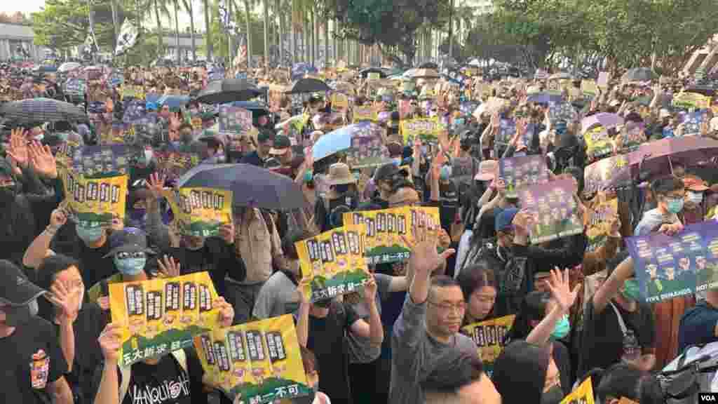 هزاران معترض روز دهم آذرماه در خیابانهای هنگ کنگ با در دست داشتن پلاکادرهایی فریاد آزادی هنگ کنگ سر میدادند.