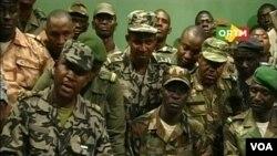 Para tentara Mali yang memberontak mengumumkan penggulingan Presiden Amadou Toumani Toure di sebuah stasiun TV di Bamako (22/3).