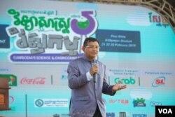 លោក ហង់ ជួនណារ៉ុន រដ្ឋមន្រ្តីក្រសួងអប់រំ យុវជននិងកីឡា ថ្លែងសុន្ទរកថានៅក្នុងមហោស្រពជាតិស្តីពីវិទ្យាសាស្រ្តនិងវិស្វកម្មលើកទី៥ឆ្នាំ២០១៩កាលពីថ្ងៃទី២១ ខែកុម្ភៈ ឆ្នាំ២០១៩ នៅពហុកីឡដ្ឋានអូឡាំពិក រាជធានីភ្នំពេញប្រទេសកម្ពុជា។ (ទុំ ម្លិះ/VOA Khmer)