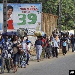 Des habitants d'Abobo fuyant les violences