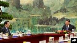 시진핑 중국 국가주석(오른쪽)이 19일 오전 중국 베이징 인민대회당 푸젠홀에서 한국의 이해찬 특사와 면담하고 있다.