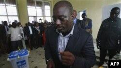 Tổng thống CHDC Congo Joseph Kabila bỏ phiếu trong cuộc bầu cử tổng thống tại một phòng phiếu ở Kinshasa, ngày 28 tháng 11, 2011.