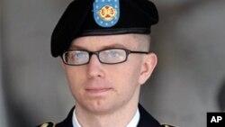 Bradley Manning, perwira intelijen yang dituduh membocorkan rahasia militer ke Wikileak, meninggalkan pengadilan di Fort Meade, Maryland (Foto: dok).