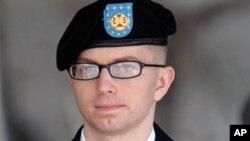 Bradley Manning, prajurit AS yang dituduh membocorkan rahasia militer ke WikiLeaks, meninggalkan pengadilan di Fort Meade, Maryland (foto: dok).