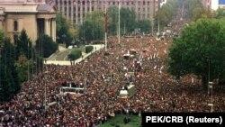 Građanski protest 5. oktobra 2000. pred zdanjem tadašnje Savezne skupštine