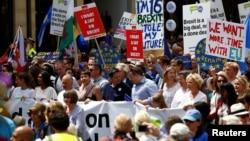 Những người ủng hộ EU, đòi chính phủ tổ chức một cuộc trưng cầu dân ý mới về Brexit, tham gia trong cuộc tuần hành 'People's Vote' ở trung tâm London, Anh, ngày 23 tháng 6, 2018.