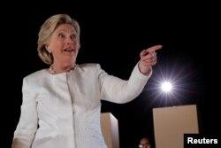 លោកស្រី Hillary Clinton បេក្ខជនប្រធានាធិបតីមកពីគណបក្សប្រជាធិបតេយ្យ នៅរដ្ឋ Florida កាលពីថ្ងៃទី១ ខែវិច្ឆិកា ឆ្នាំ២០១៦។