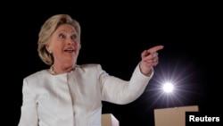 Kandida pati demokrat la pou pòs Prezidan Lèzetazini, Hillary Clinton nan yon pandan kanpay linan Sanford, Florid, 1 Novanm, 2016.