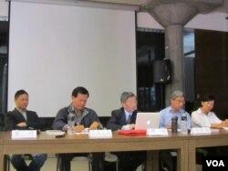 罗文嘉与王丹两岸研究室与公共知识分子季刊举办十八大研讨会(美国之音张佩芝拍摄)