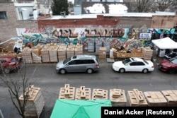 Kendaraan berbaris saat makanan didistribusikan di Chicago, Illinois, A.S. 16 Maret 2021. (Foto: REUTERS/Daniel Acker)