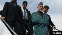 Presiden Afghanistan Hamid Karzai tiba kembali di Kabul setelah menyelesaikan lawatan 2 hari di Qatar (foto: dok).