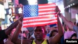Las manifestantes por la absolución de Zimmerman se produjeron de costa a costa de Estados Unidos, incluyendo las que se llevaron a cabo en Times Square, en Nueva York.