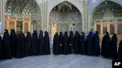 Những người phụ nữ Iran xếp hàng tại một trạm bỏ phiếu trong cuộc bầu cử quốc hội và Hội đồng Chuyên gia ở Qom, 125 km (78 dặm) về phía nam thủ đô Tehran, Iran, thứ Sáu ngày 26/2/2016.