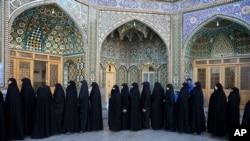 在德黑兰以南的库姆城参加议会和专家会议选举的伊朗妇女在投票站排队等候投票。(2016年2月26日)