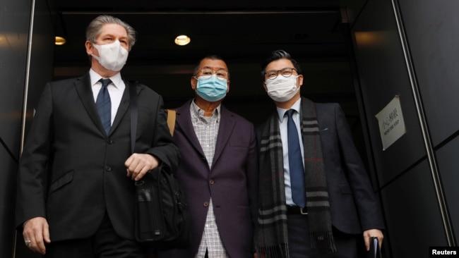 新冠病毒导致的数月平静之后,香港警方星期六再度抓人,壹传媒创办人黎智英仍是被关注对象。图为黎智英(中)2020年2月28日早上被香港警方拘捕,并带往警署调查,图为黎智英离开警署情形。(路透社资料照)