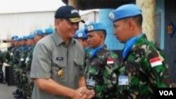 Wakil Menhan RI Sjafrie Syamsudin saat mengunjungi pasukan penjaga perdamaian Indonesia di Indobatt, Lebanon (foto: dok.)