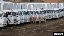 18일 러시아의 우크라이나 접경 도시 카멘스크-샤크틴스키에 러시아의 구호물자를 실은 트럭들이 서있다.