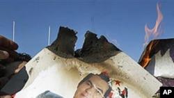 خۆپـیشـاندهران له تونسی پایتهخت وێنهیهکی سهرۆکی پـێشوو زهین ئهلعابدین بن عهلی دهسووتێنن، دووشهممه 24 ی یهکی 2011