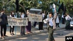បាតុករមួយក្រុមធ្វើការតវ៉ានៅក្រុង Mandalay ប្រទេសមីយ៉ាន់ម៉ា បន្ទាប់ពីយោធាបានដណ្តើមក្តោបក្តាប់អំណាច នៅថ្ងៃព្រហស្បតិ៍ ទី៤ ខែកុម្ភៈ ឆ្នាំ២០២១។