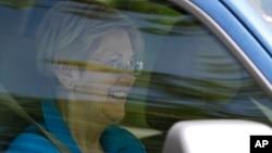 Thượng nghị sĩ Elizabeth Warren khởi hành đến nhà riêng của ứng cử viên tổng thống Đảng Dân chủ Hillary Clinton ở Washington, ngày 10 tháng 6 năm 2016.
