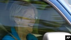엘리자베스 워런 미 상원의원이 10일 힐러리 클린턴 전 국무장관의 워싱턴 자택을 방문한 뒤 떠나고 있다.