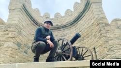 Mehman Hüseynov Qala divarları qarşısında (Foto Mehman hüseynovun facebook səhifəsindəndir)
