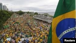 Demonstrasi di Manaus, Brazil, bagian dari protes nasional yang menuntut pemakzulan Presiden Brazil Dilma Rousseff (13/3). (Reuters/Bruno Kelly)